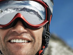 adec697281 Les sports de glisse comme le ski ou le snowboard nécessitent le port de  lunettes ou de masque de ski pour protéger les yeux ...